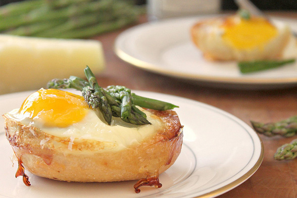 baked-eggs-in-bread-bowls-with-cheese-and-asparagus
